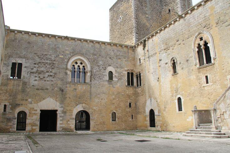 Il Castello Normanno-Svevo di Gioia del Colle, in provincia di Bari, in Puglia, ha origini bizantine e dal 1977 è sede del Museo archeologico nazionale di Gioia del Colle.http://masseriacordadilana.it/