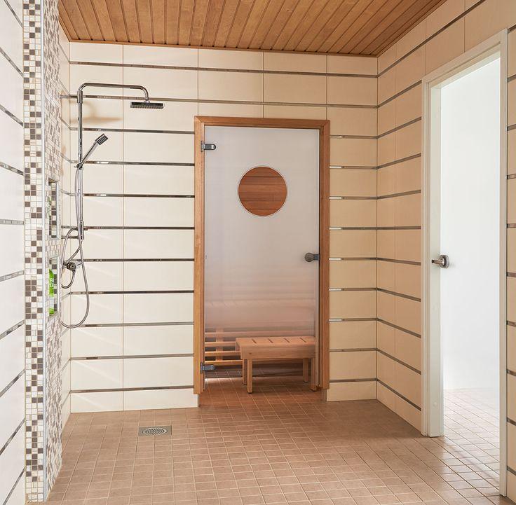 JELD-WENin saunanovi Kesäyö, leppäkarmi ja pyöreä vedin. Kylpyhuoneenovena Spa-malliston lasiovi Kesäyö+.