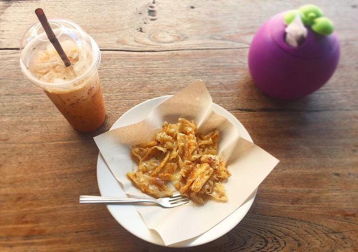 Sweet sweet break fast.  あまあま朝ごはん プレーンロティコンデンスミルクがけと タイアイスティーコンデンスミルク入り おかげでしっかり糖分を得てタンク満タン  私は砕いたロティより砕かないロティが好き ロティも時間とともに変化していくのかなぁ . . #thailand #chiangmai #thaifood #food #fiodie #breakfast #sweet #scenery #life #lottie #trip #タイ #チェンマイ #暮らし #チェンマイ暮らし #風景 #北タイの日常 #旅 #タイ料理 #朝ごはん
