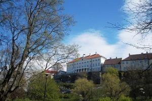 Toompark sijaitsee Vanhankaupungin länsipuolella ja sinne voi laskeutua Toompeanmäen näköalatasanteelta johtavia Patkulin portaita pitkin. Puisto on muodostettu Shnellin lammen ympäriltä löytyvistä maastolinnoituksista. Puistosta löytyy suihkulähde ja kivikkopuutarha ja sieltä saa kiinnostavia valokuvia taustalla kohovasta Vanhankaupungin muurista. Tallinnalaiset kutsuvat puistoa myös Shnellin puistoksi ja, se on kiva paikka piknikille.  #toompark #eckeröline #tallinna
