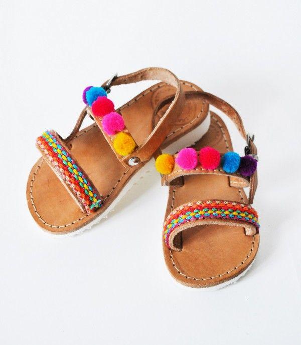 http://mikk.ro/cZu Hand made boho leather kids sandals Χειροποίητα παιδικά σανδάλια από γνήσιο δέρμα, με υφασμάτινη τρέσα και πολύχρωμα πον πον.