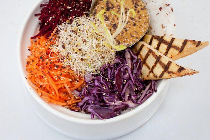 aux vivres: Depuis 1997, Aux Vivres propose aux Montréalais une nourriture végétarienne de qualité. Avec les frères Makhan aux commandes, l'entreprise offre, en plus de son restaurant, des plats cuisinés un peu partout à travers le Québec et vend maintenant du tempeh biologique partout au Canada par sa marque Noble Bean.