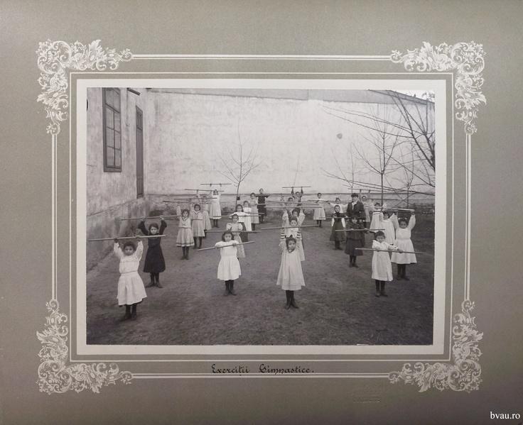 """Şcoala de fete - Exerciţii gimnastice, Galati, Romania, anul 1906, http://stone.bvau.ro:8282/greenstone/collect/fotograf/index/assoc/Jdir012.dir/Pag12_Exercitii_gimnastice.jpg.  Imagine din colecţiile Bibliotecii Judeţene """"V.A. Urechia"""" Galaţi."""
