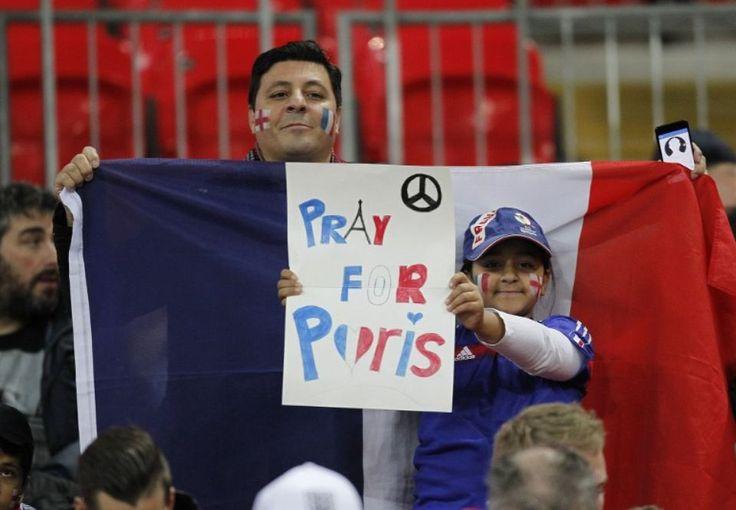 Des supporteurs affichent leur soutien à Paris après les attentats du 11 novembre dans la capitale avant le match amical entre la France et l'Angleterre au stade de Wembley à Londres.