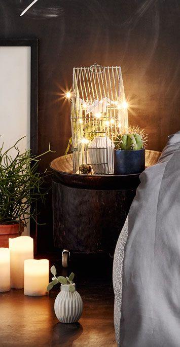 Skab god stemning i din bolig med stillebens. Hold dem lækre og enkle så de forskellige elementer understøtter hinanden. Det vigtigste ved stillebens er, at de bliver noget, som er rart for øjet at kigge på. Pia Krøyer har stylet dette soveværelse og her har hun brugt stillebens for at skabe stemning. #inspirationdk #styling #PiaKrøyer #interiør #indretning #stillebens