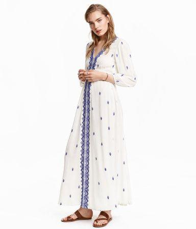 Langes, besticktes Kleid aus zartem Viskosecrêpe mit V-Ausschnitt und Gummizug unter der Brust. 3/4-lange Ärmel mit elastischem Abschluss. Ungefüttert.