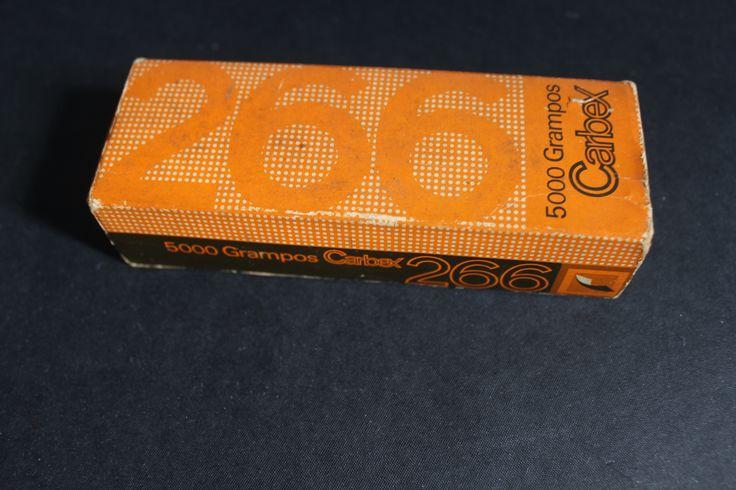 Frente da embalagem de grampos Carbex. Designer Fred Jordan.