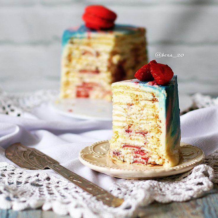 """""""Молочная девочка"""" - это нежнейшие тоненькие бисквитные коржи на основе сгущённого молока, пропитанные взбитыми сливками, с прослойкой тонко нарезанных ягод или фруктов (по желанию). Сладость торту придаёт лишь сахар, содержащийся в сгущённом молоке, за счёт этого торт совсем не приторный, а благодаря очень тонким коржам, он получается невероятно нежный, вот и весь секрет! В торте на фото 14 коржей! Ниже продублирую рецепт ещё раз!! #beza_20_рецепты ⬇️⬇️⬇️"""