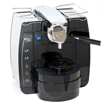 Ekspres na kapsułki to wyjątkowo proste i nieskomplikowane urządzenie. Wystarczy posiadać odpowiednie kapsułki, umieścić je w dedykowanym otworze ekspresu i poczekać, aż kawa będzie gotowa. Kapsułki mają zróżnicowane smaki – m.in. orzechowy, czekoladowy, naturalny, wiśniowy. Aby do kawy dodać mleko, należy wybrać kapsułkę ze sproszkowanym mlekiem. Niektóre ekspresy tego rodzaju pozwalają przyrządzić także herbatę lub…
