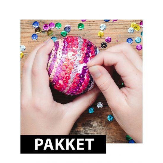 Zelf kerstballen maken set. Compleet pakket om 5x pailletten kerstballen te maken van 10 cm. Dit pakket bestaat uit piepschuim ballen 10 cm, speldjes, haakjes en pailletten in de kleuren zilver, goud, rood, paars, blauw en groen. De afbeelding is ter illustratie, de kleuren van de pailletten wijken af.