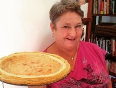 Huiskok Errieda du Toit het met die oog op Nasionale Melktertdag, vir Barbara Jooste, 'n melktertdoyenne na haar kombuis genooi. Barbara bak al jare hierdie melktert vir 'n tuisnywerheid.