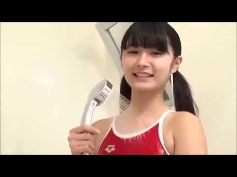 Довольная японка в купальнике