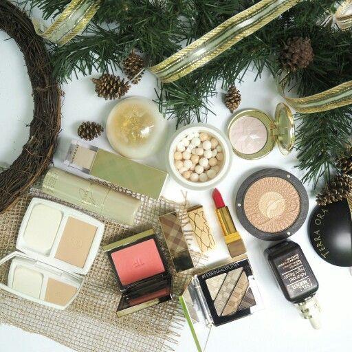 It's beginning to feel like christmas.. #christmas #xmas #makeup #makeupflatlay #flatlay #rustic #gold #guerlain #tomford #mac #burberry #dior #beauty