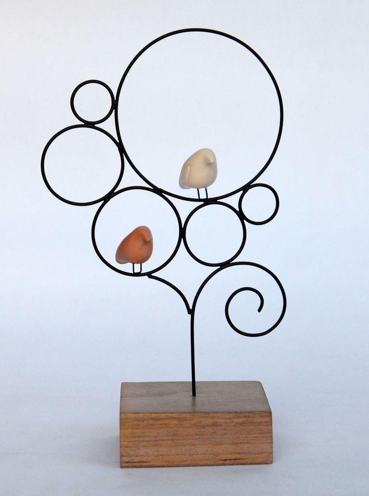 Escultura de arame com passarinhos de cerâmica em formato de árvore. Base de madeira
