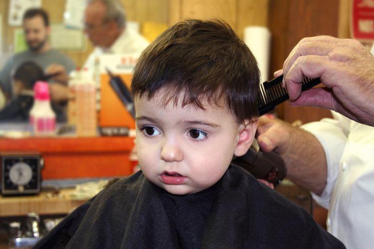 Un hombre fue a una barbería a cortarse el cabello y la barba. Como es costumbre entablo por cortesía una amena conversación con la persona que le atendía.