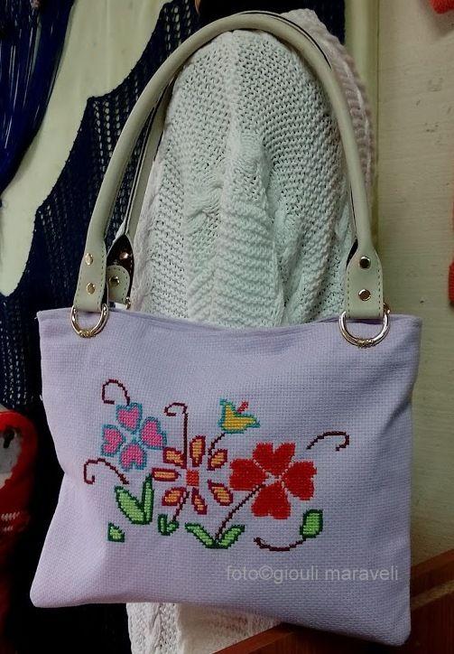 Κεντημένη τσάντα πάνω σε λιλά εταμίν. Χειροποίηση Χαλκίδας τηλ 2221074152