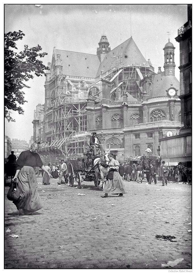 Le marché est terminé, nous sommes en 1900 dans le fond l'église Saint-Eustache…