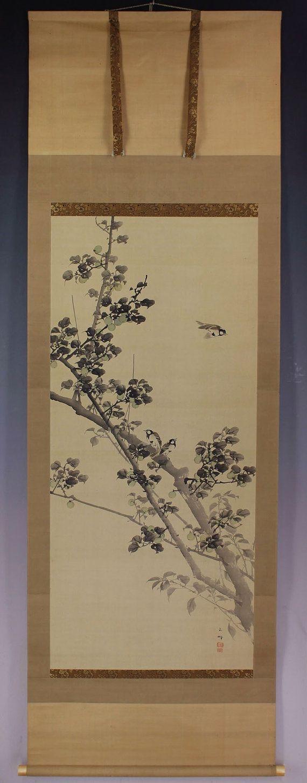 Pájaro y flor representado paro en ciruelas verdes. Pintado con tinta y pigmentos en seda. Gyokuho de firmado y sellado. Hasegawa Gyokuhō (1822-1879) fue un artista japonés activo durante finales Edo (1603-1868) para period(1867-1912) de Meiji. Estudió con un destacado artista de la escuela Shijo, Matsumura Keibun. Hasegawa Gyokuho era hábil en la pintura de flores y aves. Algunas marcas y pliegue están presentes en la pintura sí mismo. Algunas marcas de luz insignificantes y pliegue están…