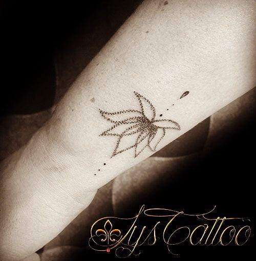 Tatouage poignet femme, fleur de lotus, perles et goutte d\u0027eau, dotwork