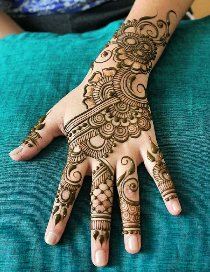 Modern bridal mehndi design; it's a great modern mehndi design for a bride, or for a wedding guest or family member