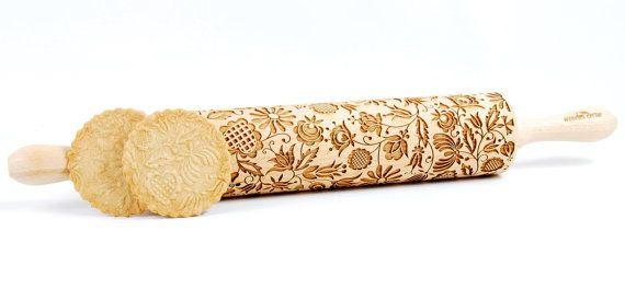 Fantastische ontwerppatronen geïnspireerd door Poolse folk. Cassubia (Kaszëbë) regio van Noordwest-Polen.  Het is een perfecte idee voor een cadeau, niet alleen voor banketbakkers ;) De deegroller is gemaakt van Europees beukenhout en heeft 16,9(43 cm) lengte samen met handgrepen, en de lengte van de werk-oppervlak is 10 (25,5 cm). en 2,4(6 cm) in diameter, gewicht ongeveer 700 gr. Ze zijn volkomen veilig voor gebruik met voedsel. Elke pin is op maat gemaakt, daarom kunnen er kleine…