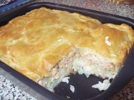 РЫБНЫЙ ПИРОГ - ВКУСНОТИЩЕ! Ингредиенты для приготовления блюда «Пирог с рыбой и картошкой»: Для теста: - кефир 600 мл.; - мука высшего сорта 500-600 гр.; - маргарин 150 гр.; - куриные яйца 2 шт.; - сода, гашенная уксусом- 1 чайная ложка; Для начинки пирога: - рыба (у меня был минтай) – 1 кг.; - картофель около 1 кг.; - лук 4-5 шт.; - сливочное масло 150 гр.; - различные специи по вкусу; - соль, перец. ******* Начнем приготовление пирога с замеса теста. Для этого растапливаем 150