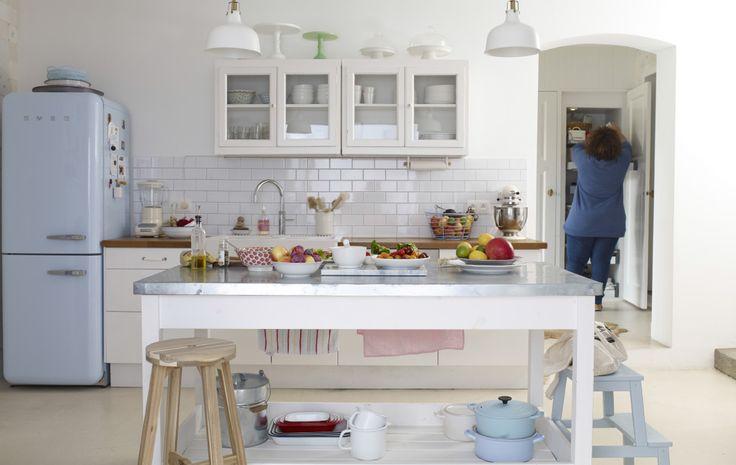 ホームツアー:ベルギー、ロンメル在住のYvonneのカントリースタイルの家 ホワイトを基調としたキッチンに個性を色で表現しています