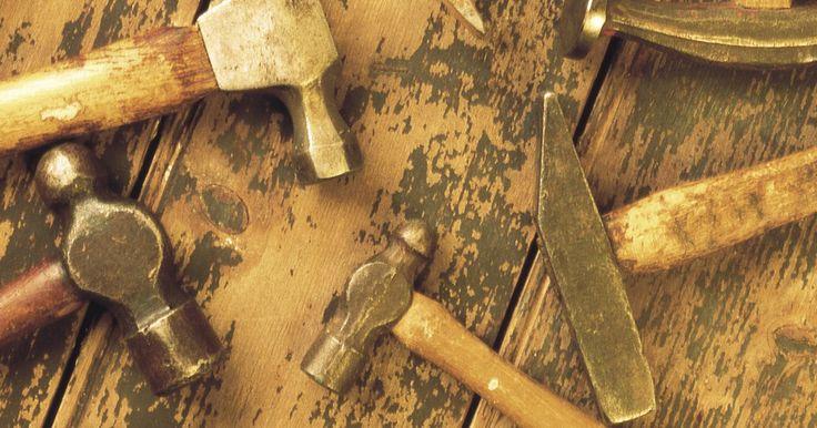 Tipos de herramientas de carpintería. Los tipos de herramientas usadas en la carpintería pueden ser clasificadas por los trabajos específicos para los que el grupo de herramientas se usan. En carpintería, las herramientas se usan para cortar, medir, asegurar en su lugar temporalmente, ajustar permanentemente y tallar. Muchas herramientas se ofrecen como herramientas de dos manos y ...
