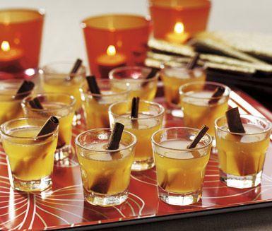 Apelsin- och ingefärsglögg värmer gott på mörka vinterkvällar. Äppeljuice, honung, skivade apelsiner och ingefära är några av ingredienserna som sprider juldoft i köket.