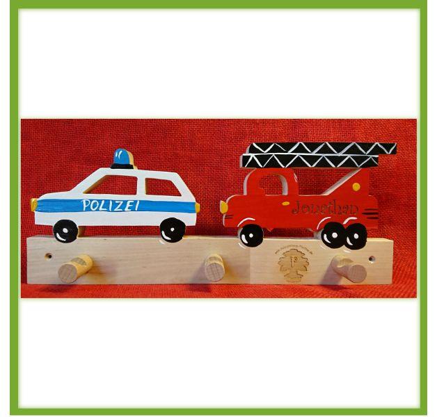 Eine handgefertigte Garderobe für Kinder mit einem Polizeiauto, Feuerwehrauto und drei Haken.  Wir fertigen die Garderoben in Handarbeit an und gravieren sie mit Deinem Wunschnamen. Auf jedem...