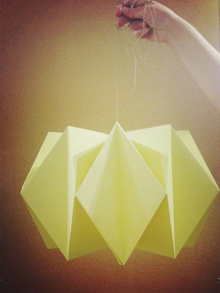I papiravdelingen har vi laget utrolig fine origamiinspirerte lamper i papir. Her finner du steg for steg instruksjoner slik at du kan lage ditt helt egne eksem