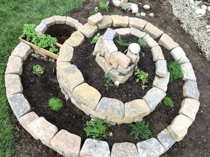 aménagement jardin avec une spirale aromatique  en pierre