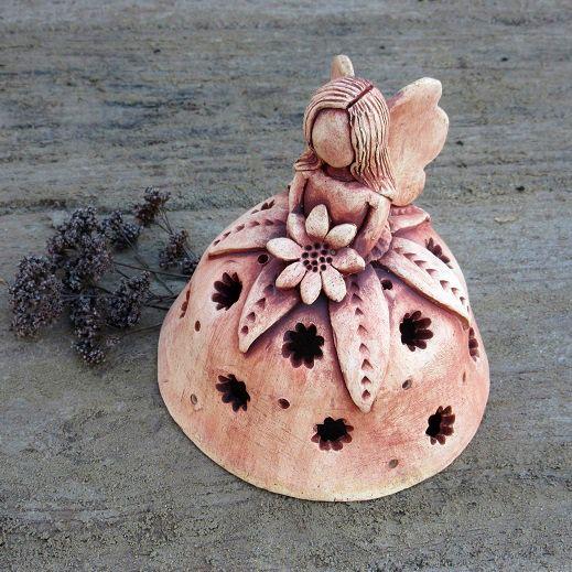 Květinová+víla+Keramická+dekorace+-+víla,+panenka+ze+světlé+hlíny,+s+prořezávanou+sukénkou,+patinovaná+oxidem+železa.+Postavička+je+modelovaná+z+volné+ruky+bez+použití+formy+či+hrnčířského+kruhu.+Rozměry:+Výška:+12+cm+Průměr+sukénky:+11+cm+Další+víly+najdete+zde.