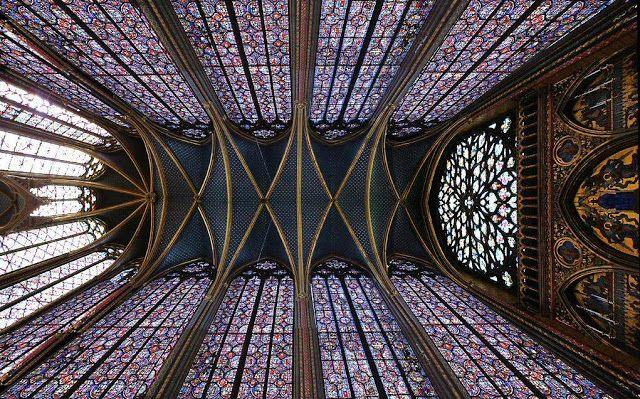 Catedrais Medievais-Em algumas construções góticas começa a aparecer um sonho.  É o sonho é de abolir o granito e transformar tudo em cristal. Esse sonho germina na Sainte-Chapelle de Paris.