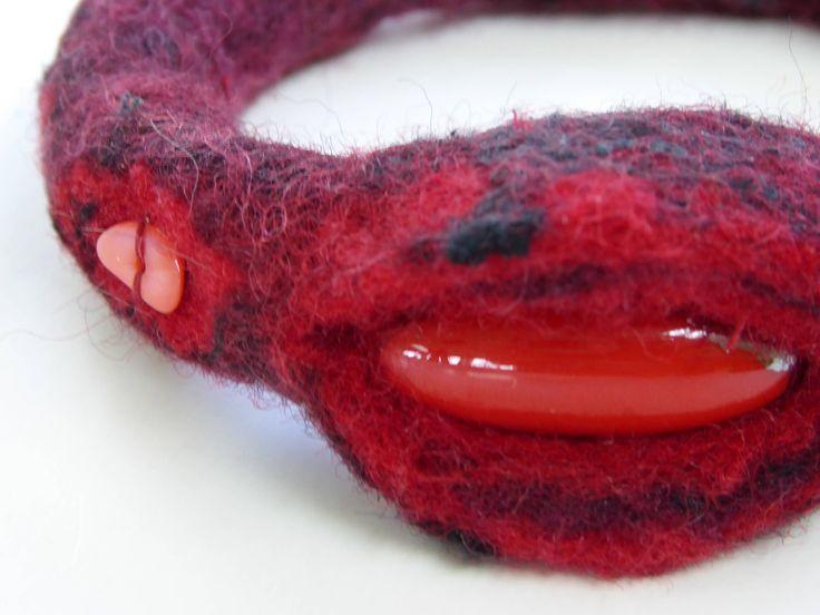 Rood/zwarte armband, handgevilt, rode zachte merinowol met zwarte zijde vezels, rode kraal, geschenk, cadeau, vilten sieraad, uniek juweel, door NaaiatelierAnci op Etsy