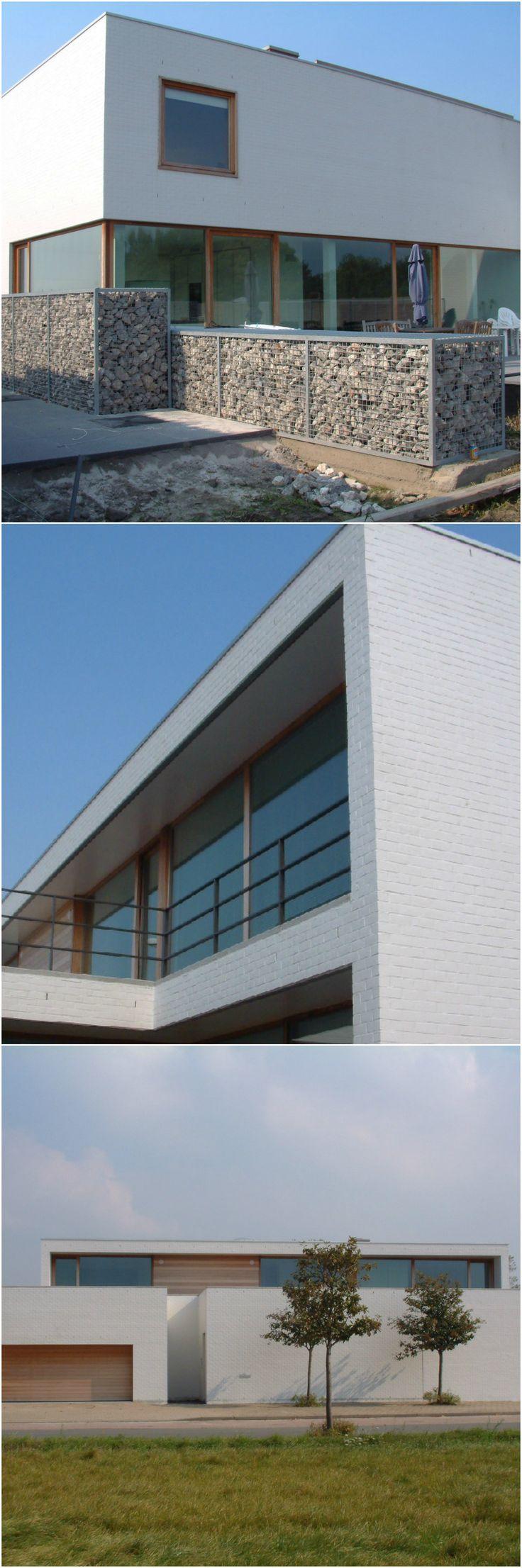 Een witte, moderne villa tussen de rijwoningen • Logica Architectuur (nieuwbouw • modern • witte baksteen • plat dak • houten raamprofielen)