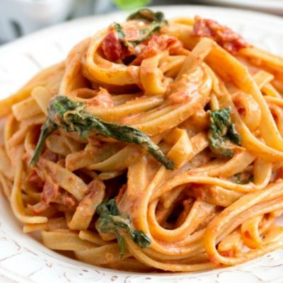 Cheesecake Factory Copycat: Sundried Tomato Fettuccine - I made this twice. The second time I only put sour cream and no Greek yogurt and it was sooo much better.