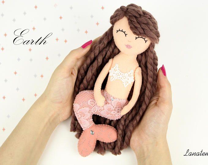 """Sirena bambola cucita a mano, feltro, Sirene """"I 4 elementi"""", terra, capelli lana, decorazione pizzo,  regalo per lei, sirena da collezione"""