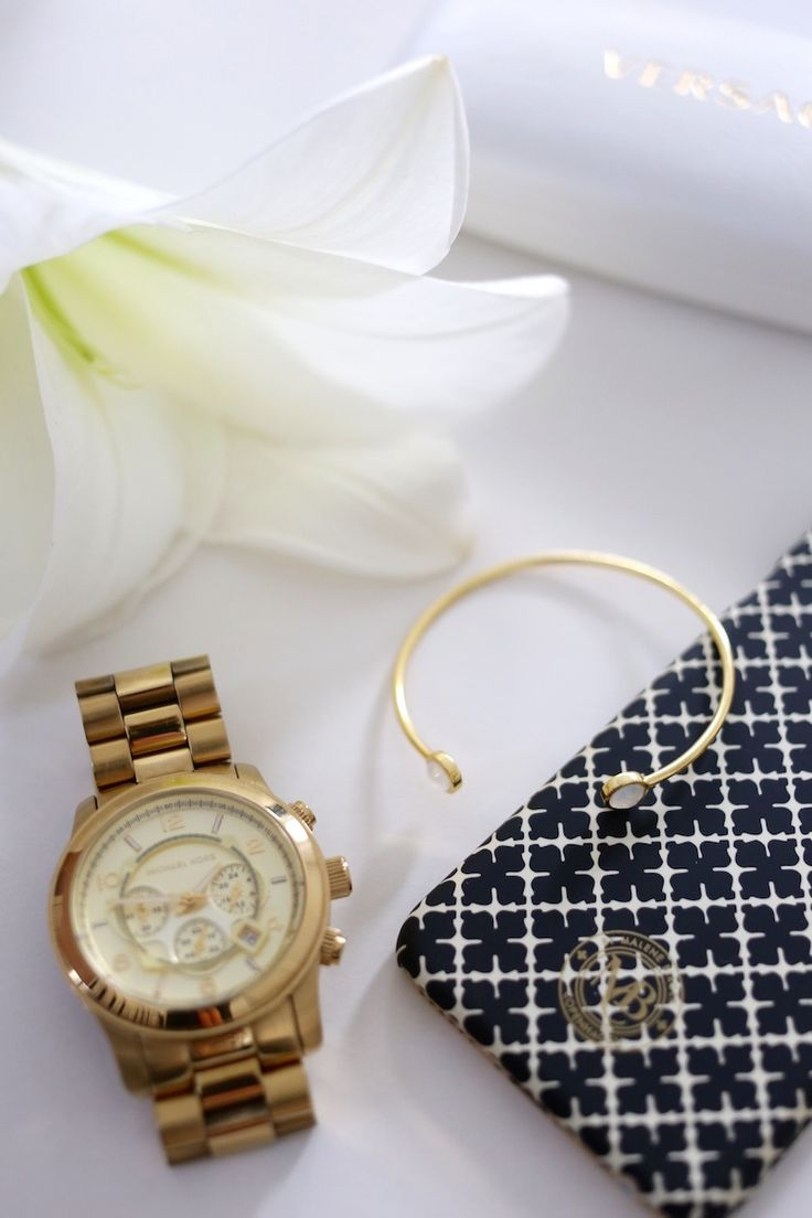 Homevialaura | Gauhar White Onyx Bangle | By Malene Birger iPhone cover | Michael Kors watch