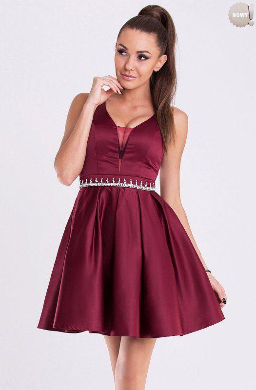 Rozkloszowana sukienka typu princeska, ozdobiona w pasie kamieniami. #sukienka #krótka #elegancka #śliwkowa #kobieta #moda #trendy