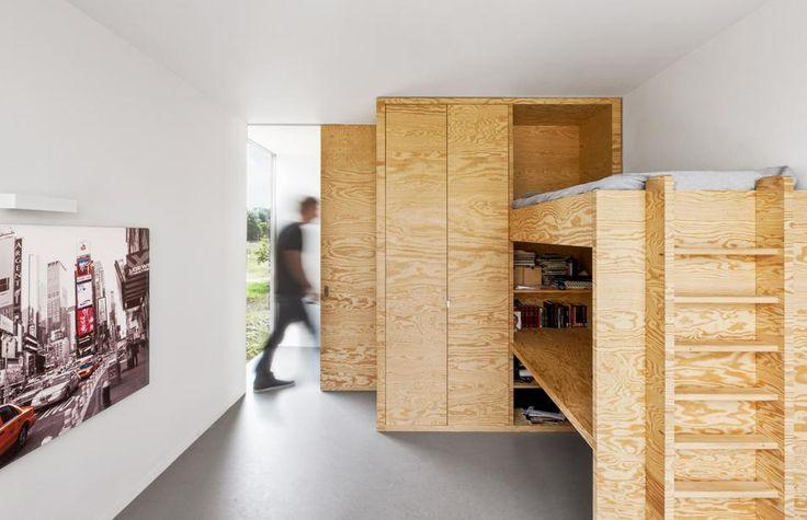 Villa nella campagna olandese SOLUZIONI SU MISURA Per questa camera singola gli architetti i29 hanno studiato un unico blocco in legno con letto rialzato, guardaroba, libreria e scrivania integrati.