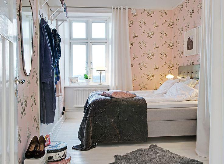 The wallpaper with lilacs from the Falsterbo collection by Borås Tapeter. Sovrum   Alvhem Mäkleri och Interiör