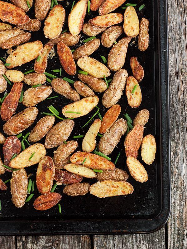 Paahdetut parmesaaniperunat // Crispy Roasted Parmesan and Chive Fingerling Potatoes seasonsandsuppers.ca