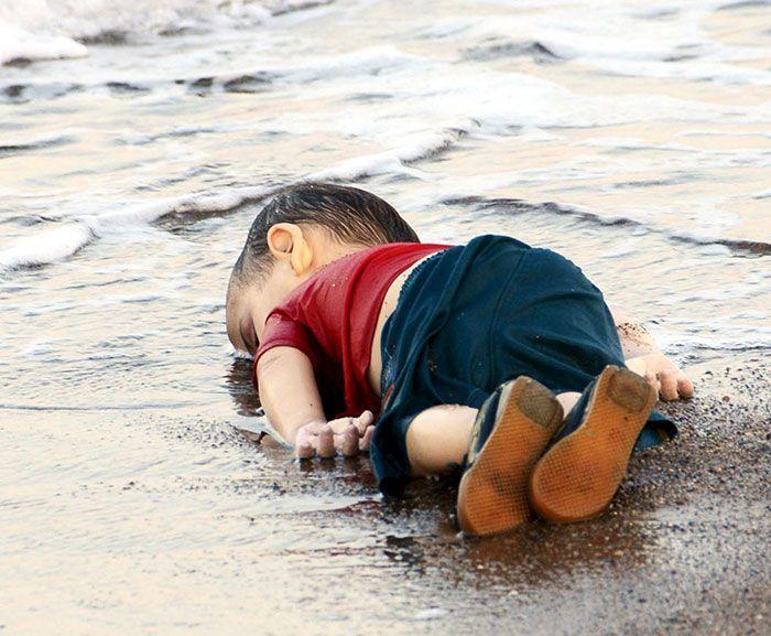 Il corpo di Aylan Kurdi, il bambino siriano rinvenuto sulla spiaggia di Bodrum. Nilufer Demir/Reuters.