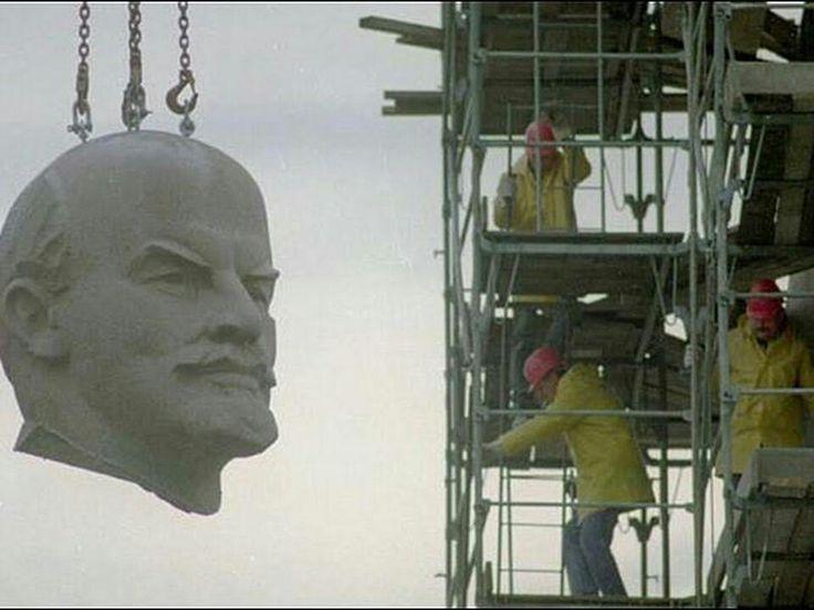 aún a mediados de los ochenta que la Unión Soviética iba de repente a colapsar. En 1991 y tras un fracasado golpe de estado contra el líder soviético Mikhail Gorbachev, la Unión Soviética se desintegró. Así se puso fin a un sistema, producto de la revolución de octubre, que fue emulado por muchos países alrededor del mundo.