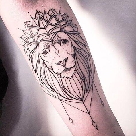 Essa tatuagem, proferida em tinta preta, retrata um leão com uma coroa decorada com contas penduradas em que o portador do antebraço.