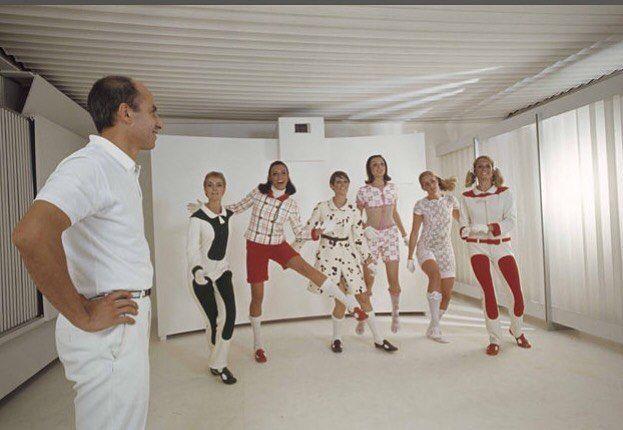Adieu André Courrèges. Le couturier #Courrèges icône de la révolution vestimentaire des années 1960 qui a popularisé la #minijupe est décédé jeudi à l'âge de 92 ans à son domicile de Neuilly-sur-Seine près de #Paris a annoncé vendredi la maison Courrèges. André Courrèges qui avait cessé ses activités professionnelles dans les années 1990 s'est éteint après un long combat de plus de trente ans contre la maladie de Parkinson indique la maison dans un communiqué. Ses obsèques se tiendront lundi…