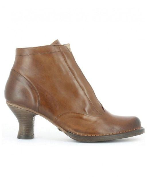 68b33b8f Zapatos y botines de estilo retro que incorpora un tacón carrete de  inspiración años 20.