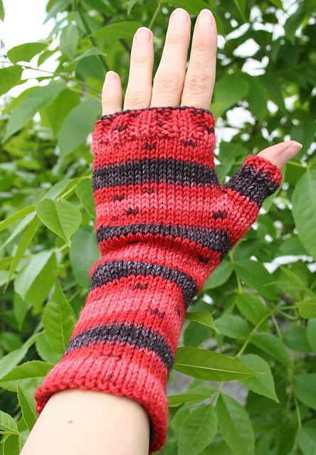 Ravelry: Mitaines Coccinelle pattern by Celine en laine