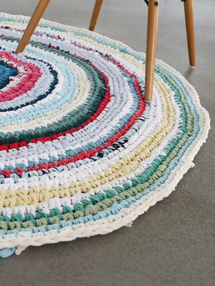 diy anleitung teppich aus alten t shirts und laken h keln via diy anleitungen. Black Bedroom Furniture Sets. Home Design Ideas